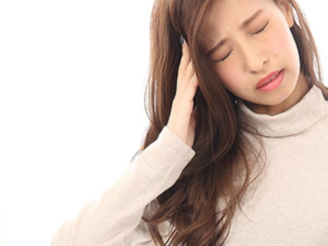 頭痛でつらい女性
