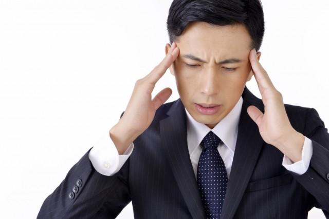 緊張型頭痛で悩む男性