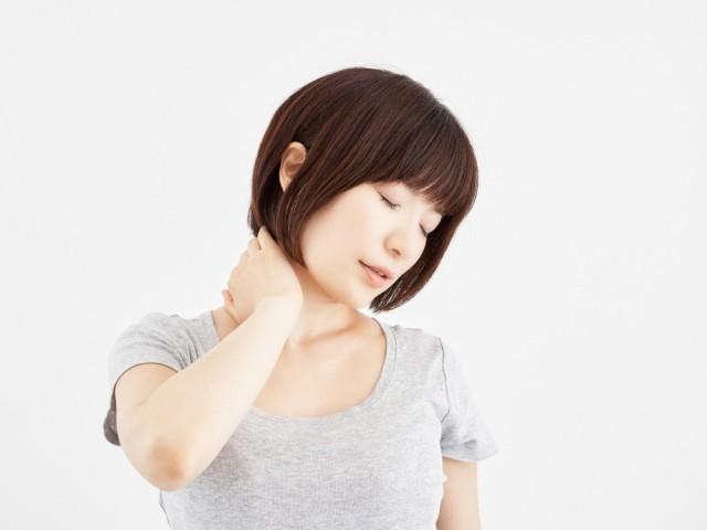 ストレートネックで首の痛みを訴える女性