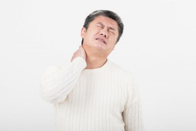 ストレートネックで首の痛みを訴える男性